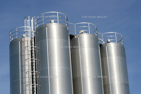 view of an industrial plant with large aluminum tanks overlooking an industrial plant with large aluminum tanksの素材 [FYI00869264]