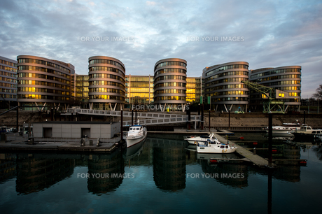 5 boats in duisburg at sunriseの写真素材 [FYI00869395]