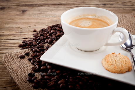 hot black coffee with homemade pastryの写真素材 [FYI00869715]