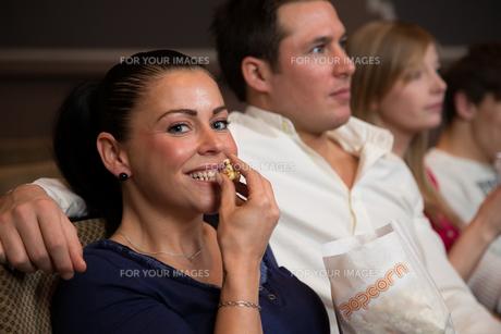 woman at the cinema eat popcornの写真素材 [FYI00869735]