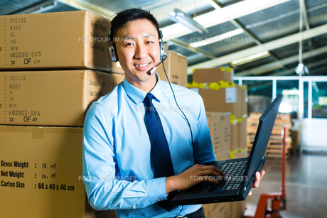 customer service at the warehouseの写真素材 [FYI00869992]