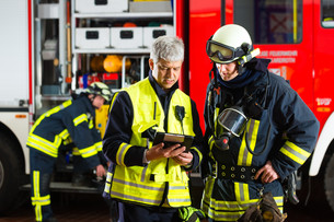 firemen - use planning on tablet computerの写真素材 [FYI00869996]