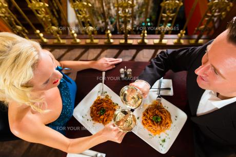 couple enjoying a romantic date at restaurantの写真素材 [FYI00870006]