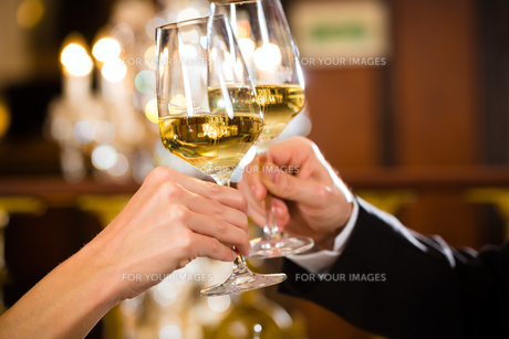 couple enjoying a romantic date at restaurantの写真素材 [FYI00870010]