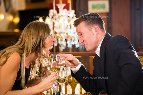 couple arguing in a restaurant romatischemの写真素材 [FYI00870021]