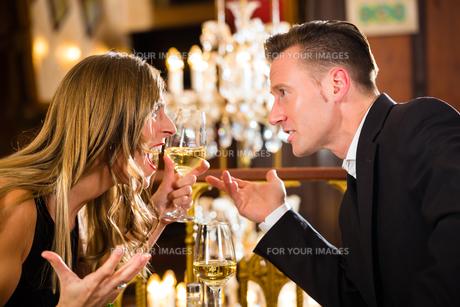 couple arguing in a restaurant romatischemの写真素材 [FYI00870038]