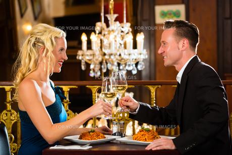 couple enjoying a romantic date at restaurantの写真素材 [FYI00870073]