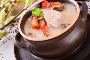 polish easter soup with egg and sausageの写真素材 [FYI00870189]