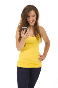 young woman with smartphoneの写真素材 [FYI00870391]