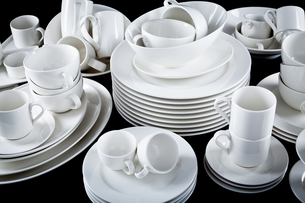 mixed dishes pile with plates cups and bowlsの写真素材 [FYI00870504]