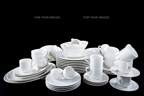 mixed dishes pile with plates cups and bowlsの写真素材 [FYI00870517]