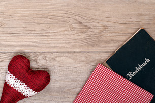 red heart with checkered cloth and cookbookの写真素材 [FYI00870983]