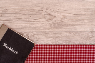 cookbook on checkered napkin and woodの写真素材 [FYI00871007]