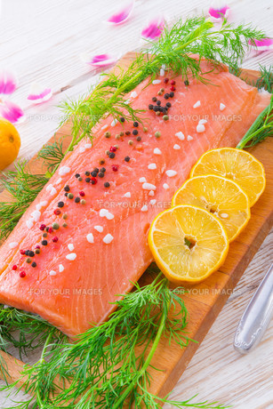 raw salmonの写真素材 [FYI00871464]