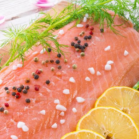 salmon rawの写真素材 [FYI00871491]