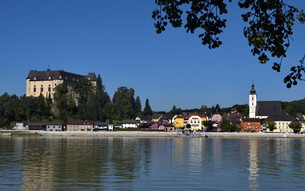 greinburg and grein castle on the danubeの写真素材 [FYI00871605]
