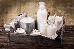 milk with rustic backgroundの素材 [FYI00871921]