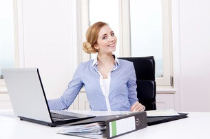 young blond woman working in a call center with headsetの写真素材 [FYI00872217]