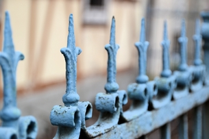 a fence made of metal in front of a houseの写真素材 [FYI00872264]