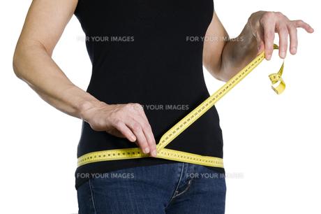 measuring the circumferenceの写真素材 [FYI00872567]