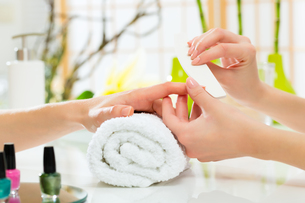 woman in nail salon gets manicuresの素材 [FYI00872612]