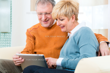 pensioners at home with tablet computerの写真素材 [FYI00872652]