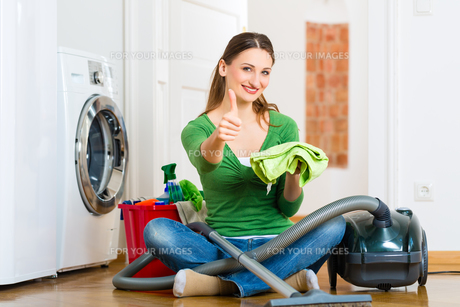 woman at spring cleaningの写真素材 [FYI00872653]