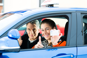 young woman in a driving school carの写真素材 [FYI00872659]