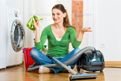woman at spring cleaningの写真素材 [FYI00872684]