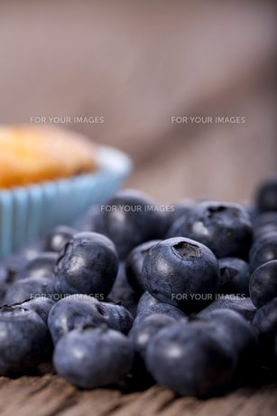 blueberry muffin against loose blueberriesの素材 [FYI00873245]