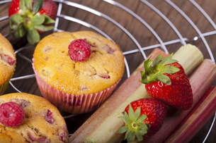 fresh fruit and muffinsの写真素材 [FYI00873326]