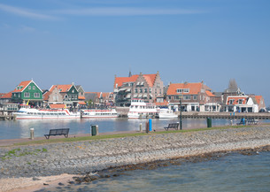 vacation and fishing town of volendam on the ijsselmeer in the netherlandsの写真素材 [FYI00874086]