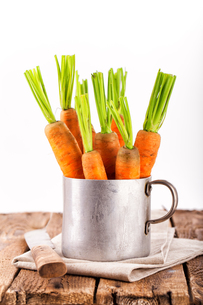 fresh carrots in tin potの写真素材 [FYI00874190]