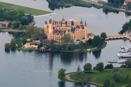schwerin castle as aerial view from hot air balloonの写真素材 [FYI00874720]