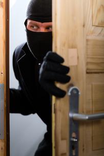burglary - perpetrators opens a doorの写真素材 [FYI00874801]