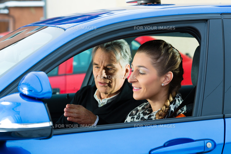 young woman in a driving school carの写真素材 [FYI00874826]