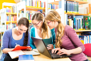 students learn in an in libraryの写真素材 [FYI00874832]