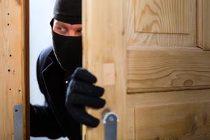 burglary - perpetrators opens a doorの写真素材 [FYI00874862]