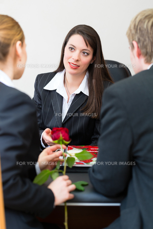 undertaker with customersの素材 [FYI00874874]