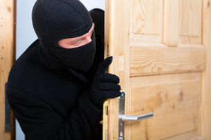 burglary - perpetrators opens a doorの写真素材 [FYI00874883]