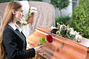 woman at funeral with coffinの写真素材 [FYI00874910]