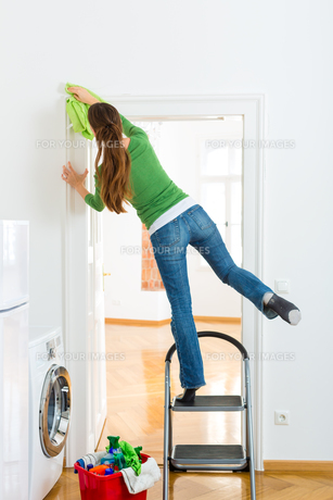 woman in spring cleaningの写真素材 [FYI00874920]