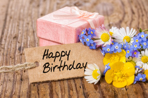 birthday gift with flowers and cardの写真素材 [FYI00874968]
