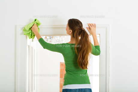 woman at spring cleaningの写真素材 [FYI00874970]