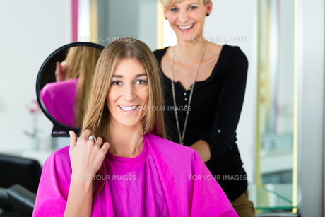 woman at the hairdresser with adviceの素材 [FYI00874971]