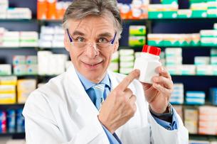 pharmacist with medicine in pharmacyの写真素材 [FYI00875655]