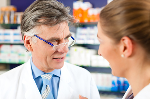 pharmacist for advice in pharmacyの写真素材 [FYI00875736]