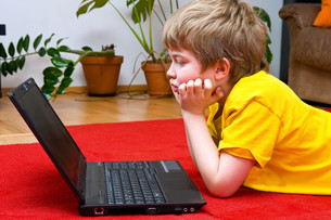 boy with computer at homeの写真素材 [FYI00875820]