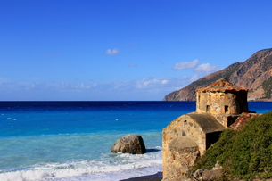 chapel at the turquoise blue sea in crete,greeceの写真素材 [FYI00875954]