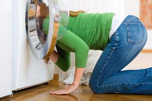 housewife with washing machineの写真素材 [FYI00876007]